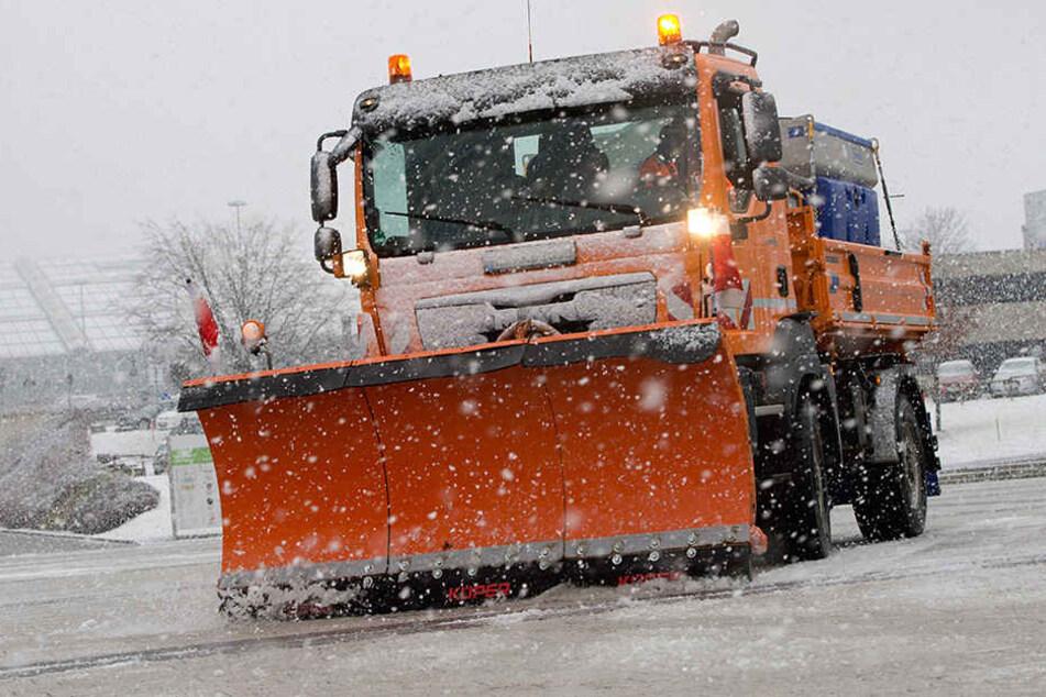 Die Wetterdienste der Region sind seit den Morgenstunden dabei, die lokalen Straßen zu streuen.