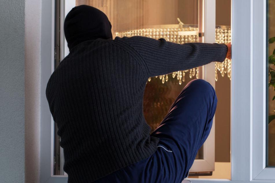 Der Mann stieg durch ein Fenster in die Wohnung ein. (Symbolbild)