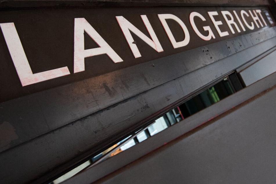 Ein Schild hängt vor dem Landgericht in Stuttgart. (Symbolbild)