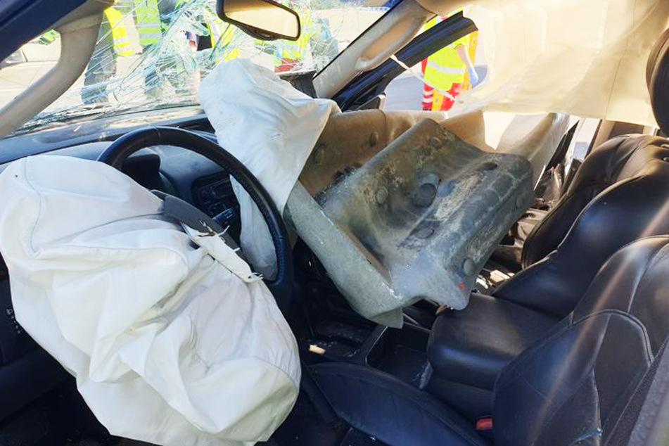 Der Fahrer befreite sich selbst aus dem Unfallwagen und stieg einfach aus.
