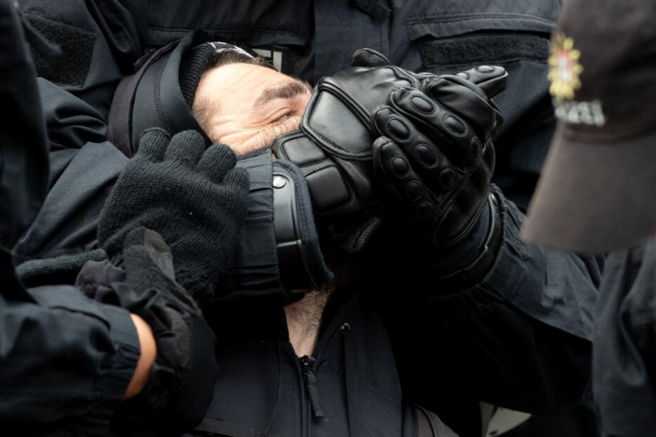 Auch nahe der Lombartsbrücke wurden Demonstranten von den Beamten von der Straße bewegt.