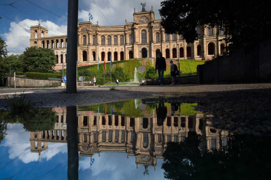 Das könnte eng werden im Maximilianeum - ganze 205 Abgeordnete bilden den bayerischen Landtag. (Archivbild)