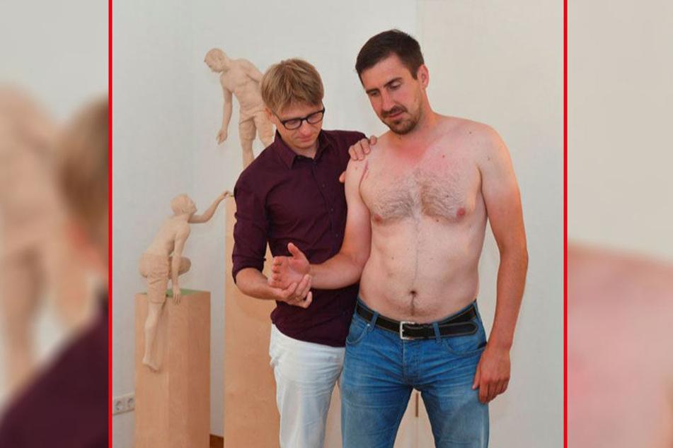 Dr. Lars Stephan (l.) dreht den Unterarm von Petr Macholda vorsichtig nach außen. Weit geht's noch nicht.