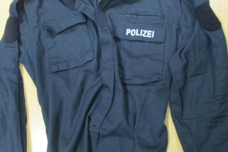 Der Mann trug diese falsche Polizei-Uniform.
