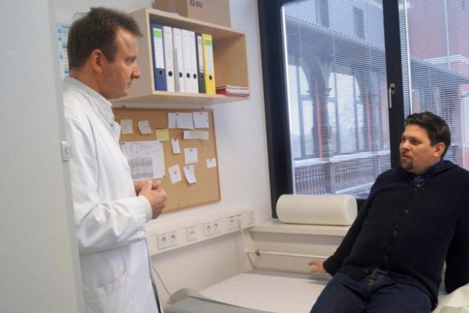 Prof. Matthias Blüher, Leiter der Leipziger Adipositas-Ambulanz checkt Mälzer durch.