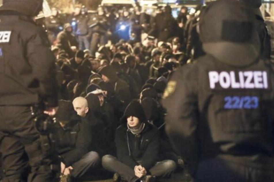 """""""Nazihools - Die längste letzte Reihe der Welt"""": Polizei bereitet sich auf Kundgebung in Connewitz vor"""