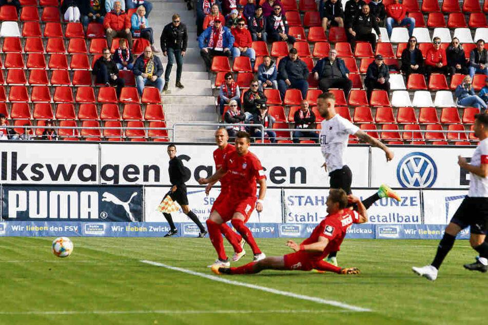 Ronny König grätscht die Kugel zum 1:0 gegen Viktoria Köln über die Linie. Es war eins von bisher zwei Saisontoren.