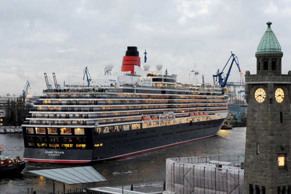 Die Queen Victoria passierte auf ihrem Weg in den Hafen auch die Hamburger Landungsbrücken. (Archivfoto)