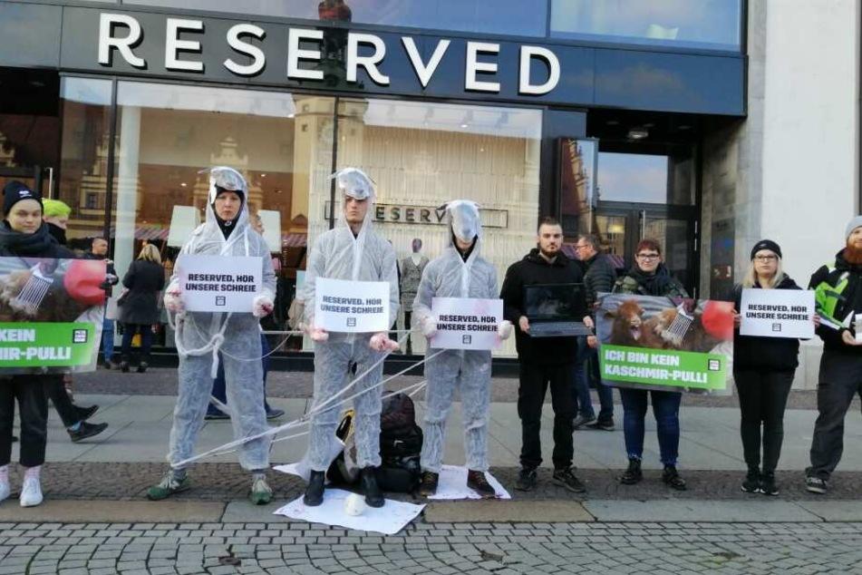 """Die Aktivisten positionierten sich vor der """"Reserved""""-Filiale in Leipzig."""