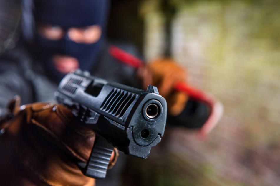 Der Räuber war mit einer Pistole bewaffnet. (Symbolbild)