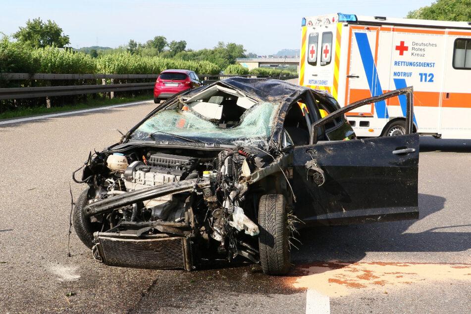 Das Wrack landete nach dem Unfall auf allen vier Rädern.