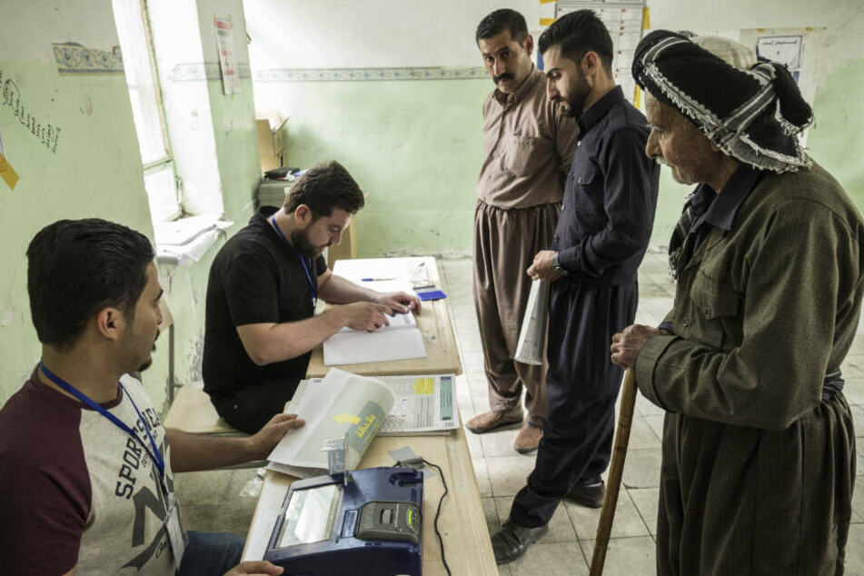 Kurdische Männer bei der Wahl im Nord-Irak im Mai 2018. Iraks Präsident Barham Saleh kündigte Ende Oktober vorgezogene Neuwahlen an. Zuvor soll aber noch das Wahlgesetz des Landes reformiert werden.