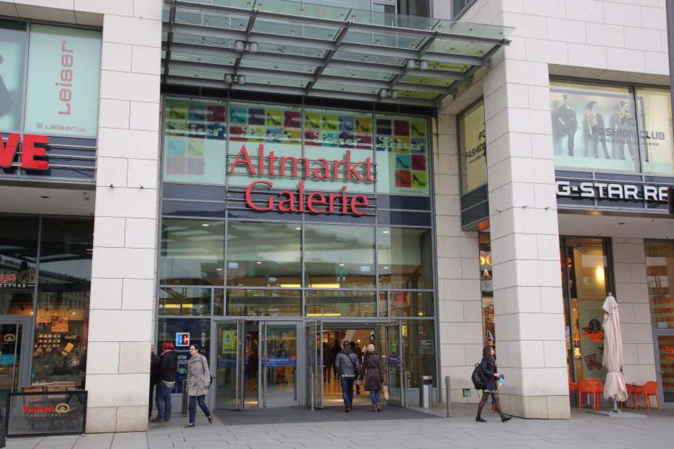 Als der 31-Jährige in der Altmarkt Galerie mit der EC-Karte einer Frau bezahlen wollte, wurde die Kassiererin stutzig.