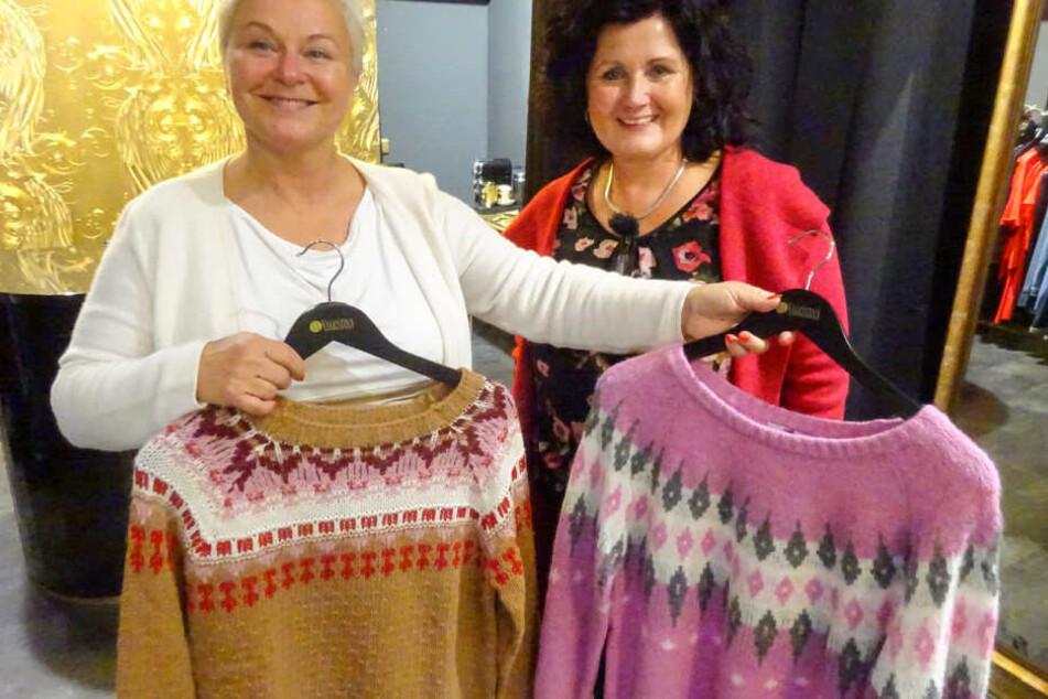 Na, welcher Pulli wird's wohl werden? Mittwochs-Shopperin Uta und ihre Shopping-Begleitung Angela.