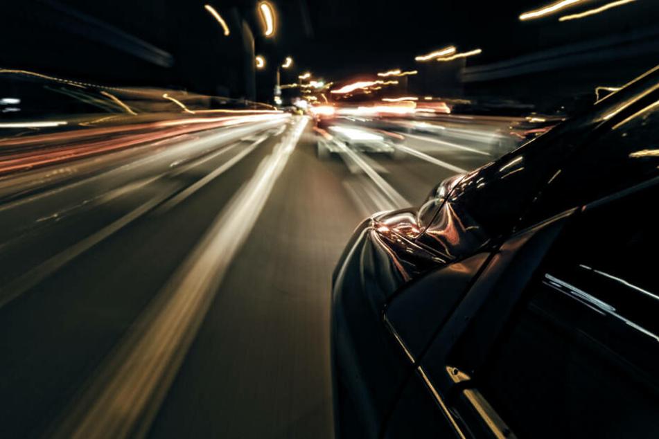 Mit 120 km/h durch die 50er-Zone: Auto und Motorrad liefern sich illegales Rennen