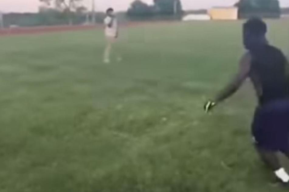 Hier nimmt der Mann Anlauf, um die Katze wie einen Football zu treten.