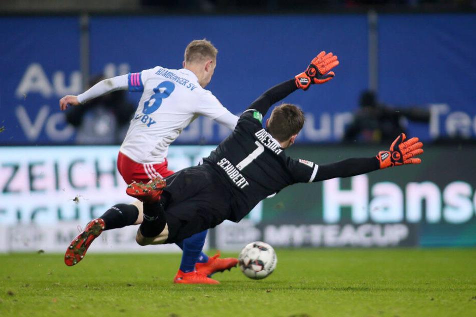 Markus Schubert (r.) fliegt dem Ball nur hinterher. Vorher hatte der Dynamo-Keeper den Ball an Hamburgs Lewis Holtby verloren.