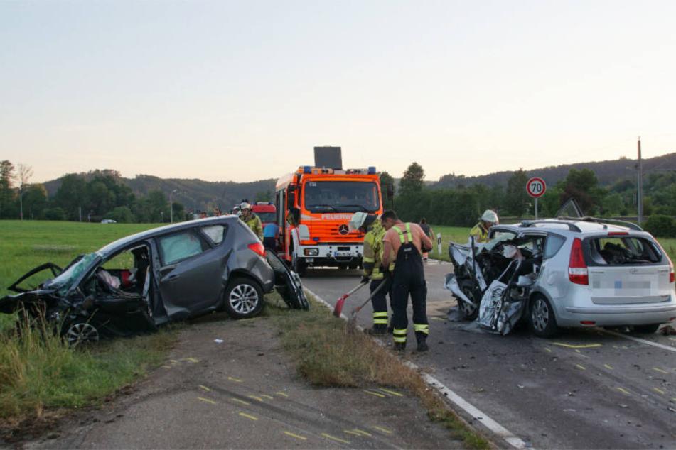 Zwei Frauen sterben: Autos krachen frontal ineinander!