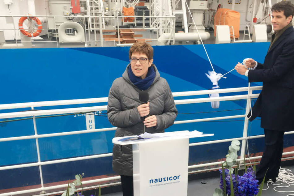 """Annegret Kramp-Karrenbauer, Bundesvorsitzende der CDU, hält eine Rede bei der Taufe des LNG-Bunker-Schiffs """"Kairos""""."""