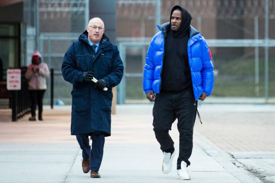 Sänger R. Kelly (rechts) verlässt am Montag mit seinem Verteidiger Steve Greenberg das Cook County Gefängnis, nachdem er die Kaution gezahlt hat.