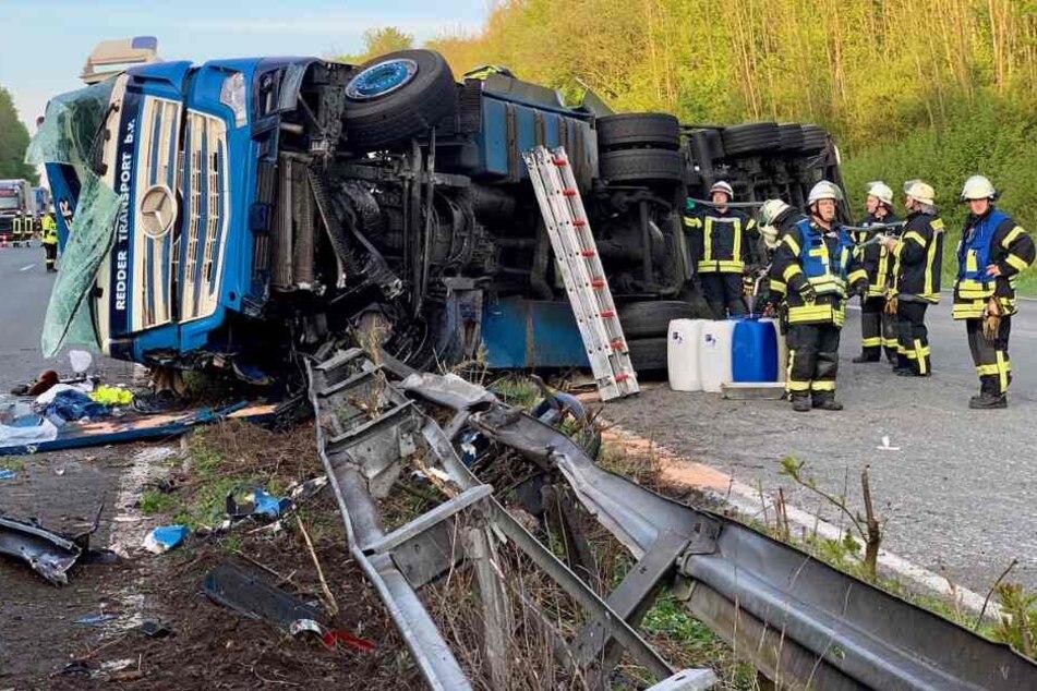 Fahrer schwer verletzt: Brummi crasht auf Autobahn durch Mittelleitplanke