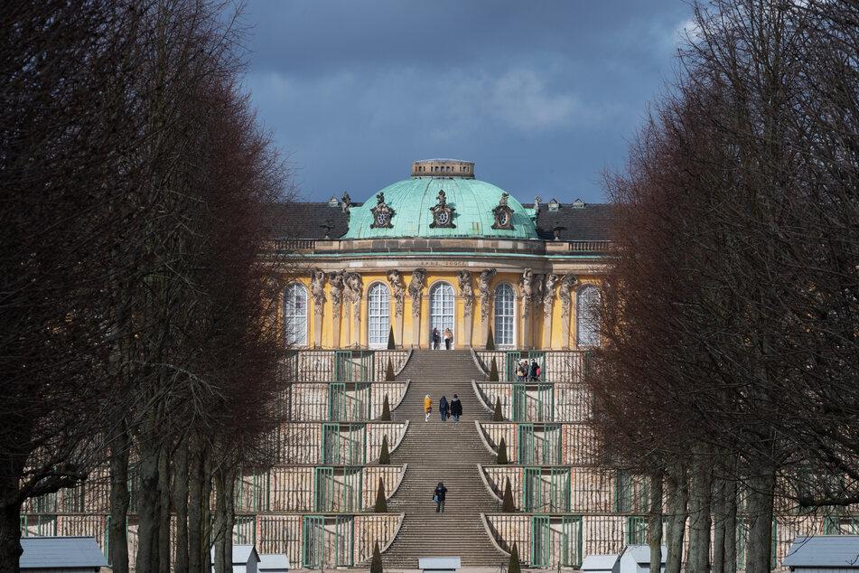 Nur wenige Besucher gehen die Treppe zum Schloss Sanssouci nach oben.