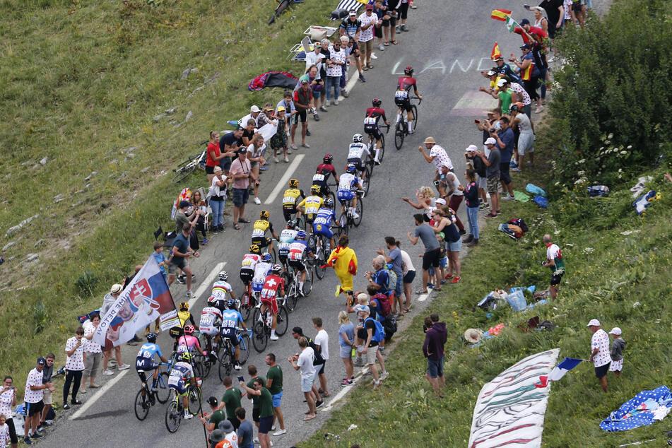 Bei den Etappen der Tour de France stehen für gewöhnlich Tausende Zuschauer an den Straßen, in Corona-Zeiten könnte das sehr gefährlich werden.