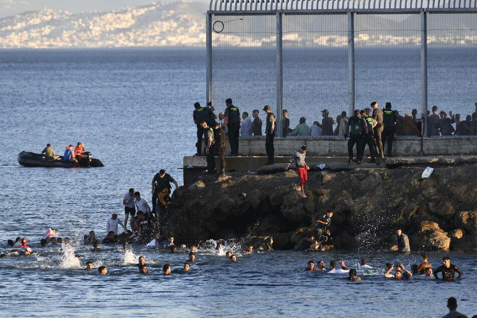 Grenzkontrollen eingestellt: Mehr als 6000 Migranten erreichen schwimmend die EU
