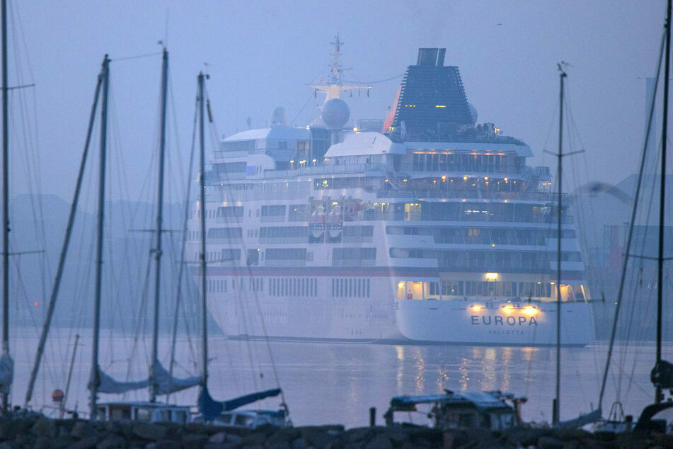 """Die """"Europa"""" lief erst im Oktober als erstes Kreuzfahrtschiff der Saison in Warnemünde ein."""
