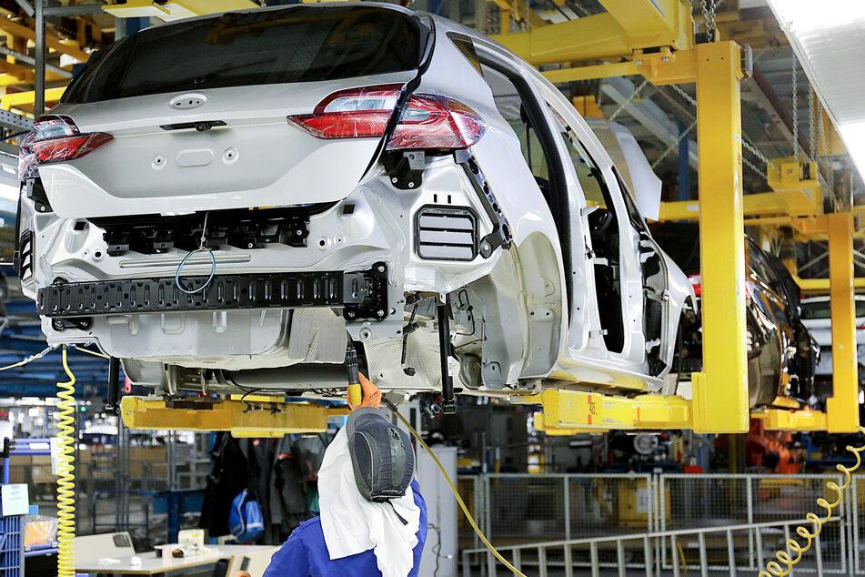 Ein Ford-Mitarbeiter arbeitet in der Kölner Produktion des Fiestas an einer Karosserie.