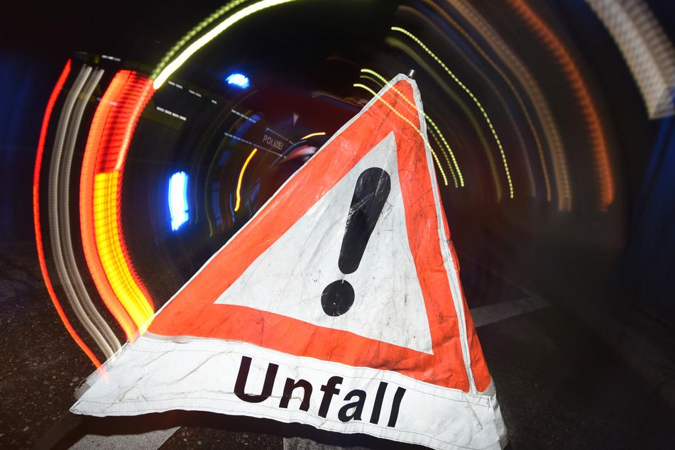 """Ein Warndreieck mit dem Schriftzug """"Unfall"""" steht auf einer Straße. (Symbolbild)"""