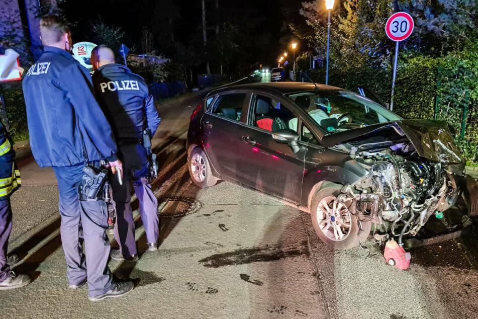 Polizisten untersuchen das Wrack des Kleinwagens, der in den Unfall mit dem alkoholisierten Raser verwickelt wurde.
