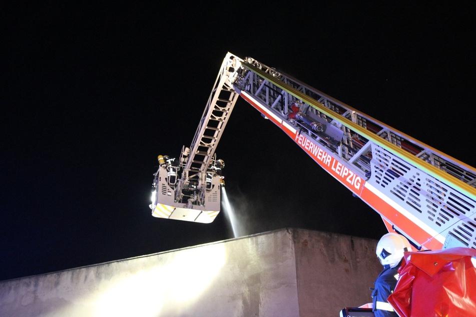 Mithilfe einer Drehleiter konnten die Einsatzkräfte das Feuer löschen.