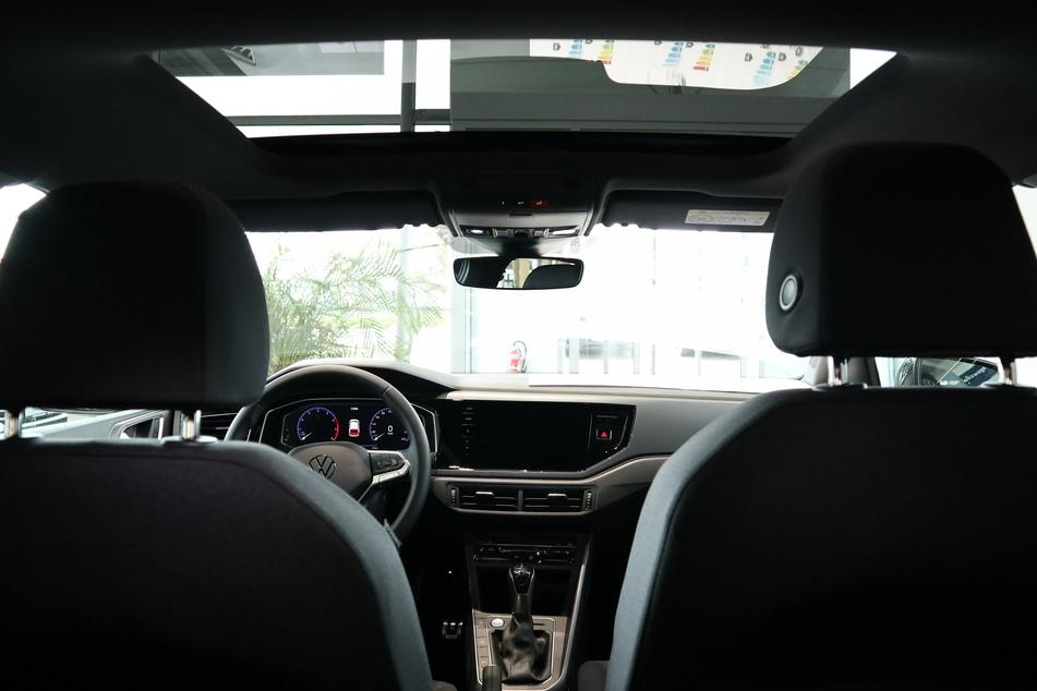 Das Schiebedach reicht über die gesamte Breite des Fahrzeugs – einmalige Ausblicke sind garantiert.