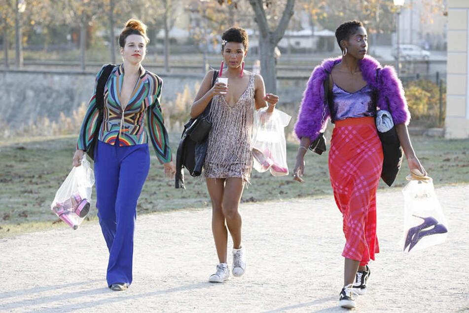 Mit ihren High Heels in der Plastiktüte machten sich diese Statistinnen in Turnschuhen auf zum Dreh.