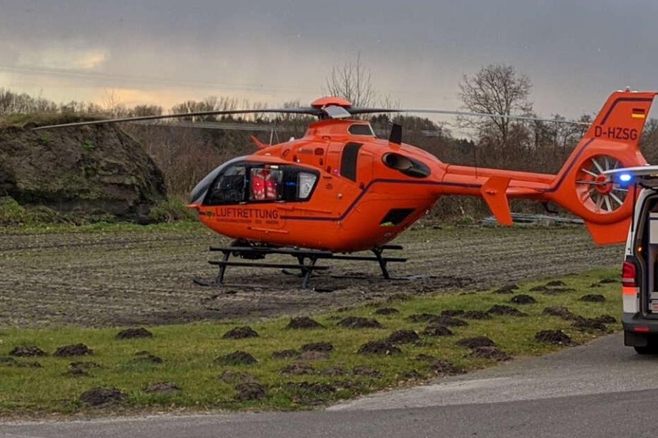 Ein Rettungshubschrauber flog einen Notarzt an die Unfallstelle.