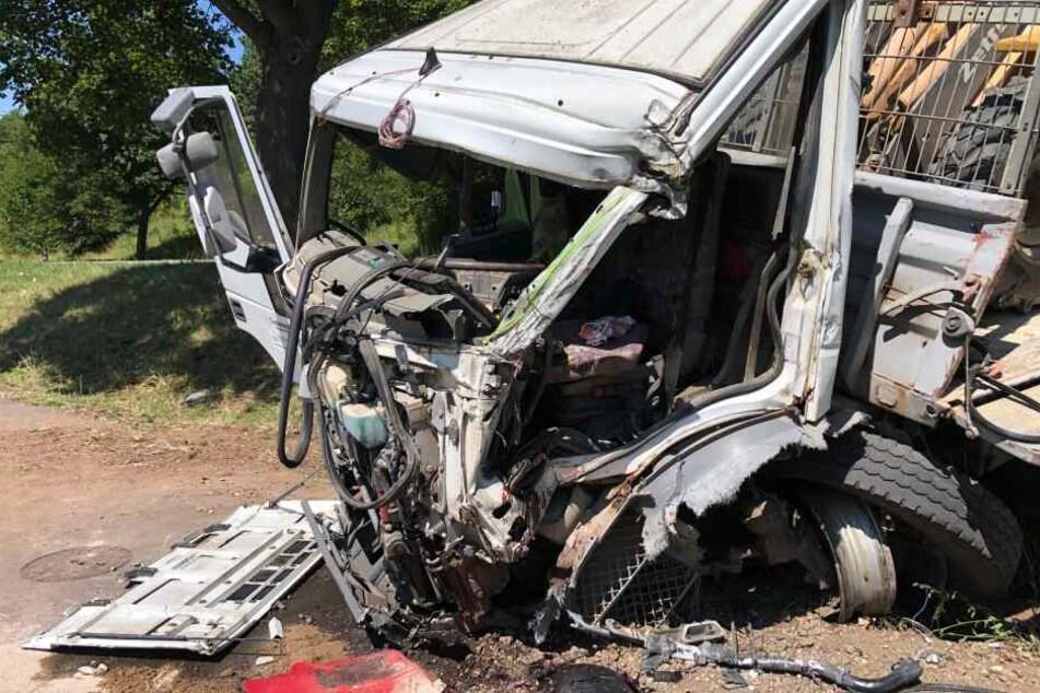 Die Fahrerkabine wurde völlig zerstört, als der Laster gegen einen Baum fuhr.