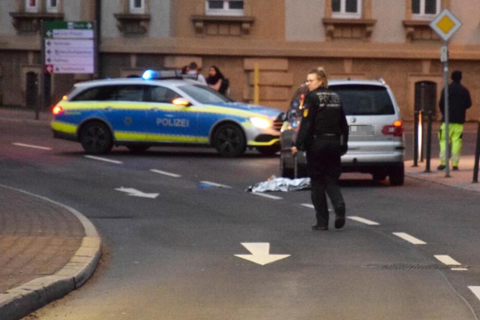 Die Polizei bei der Unfallaufnahme vor Ort.