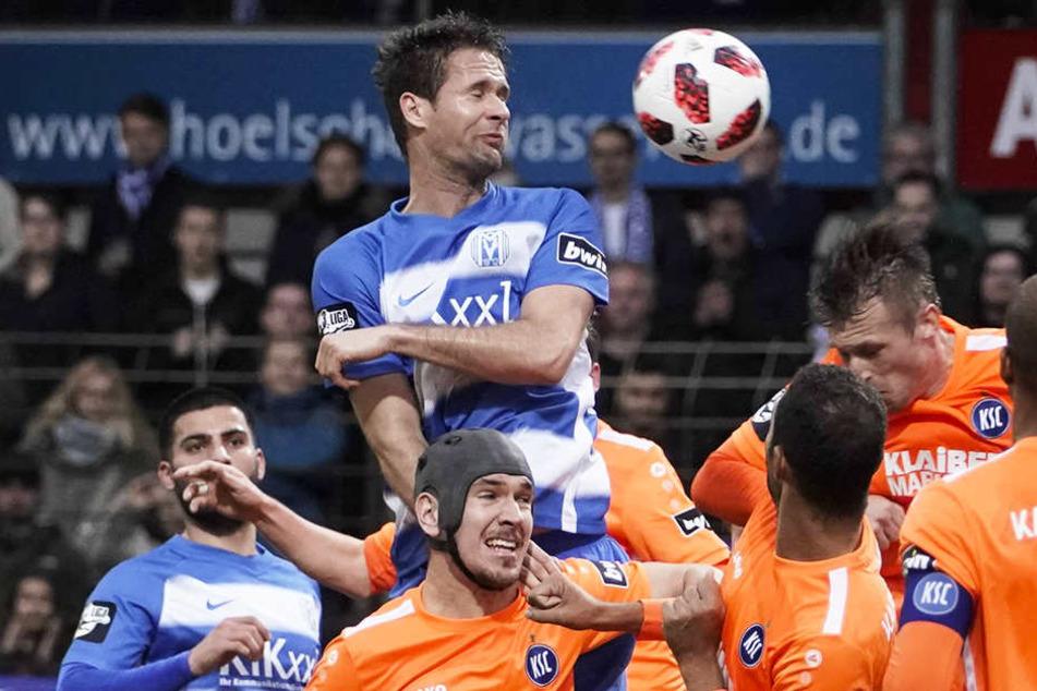 Meppens Nick Proschwitz obenauf beim Kopfball gegen Karlsruhe.