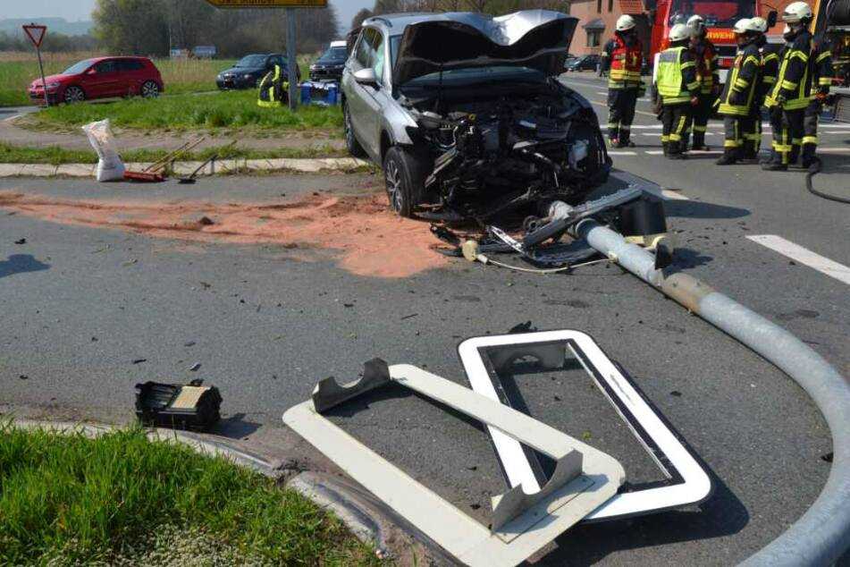 Ampelmast begräbt Wagen unter sich: Fahrer stirbt