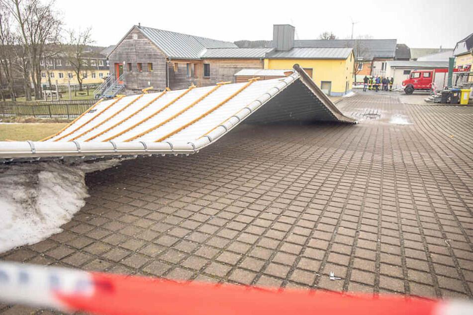 Ein neues Dach flog in Niederlauterstein von einer Turnhalle.