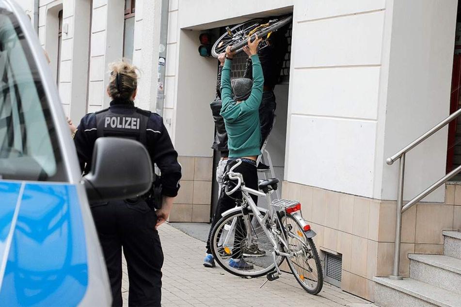 Hier ging nichts mehr: Die Fahrräder hatten sich samt Rollgitter verkeilt.