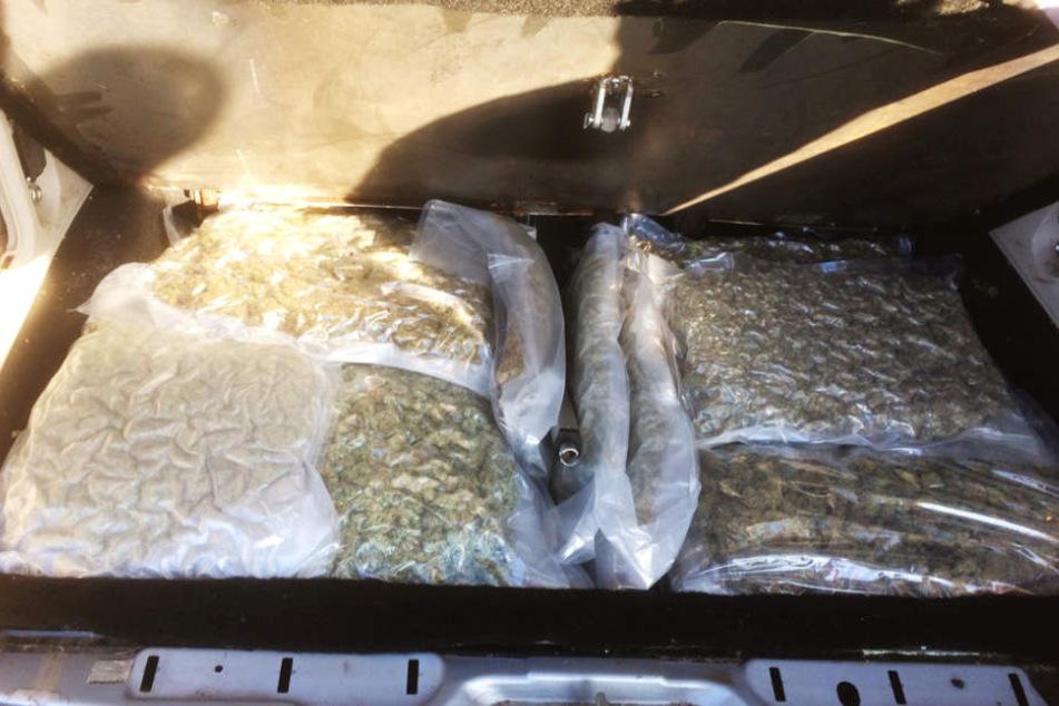 15,3 Kilo Marihuana fanden die Beamten im Kofferraum.