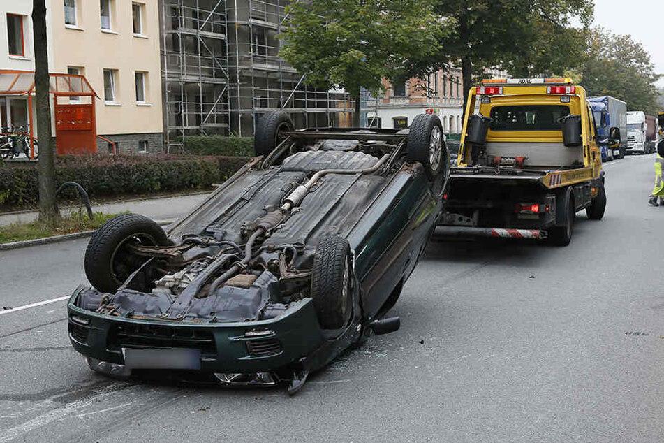 Der BMW landete bei dem Unfall auf dem Dach.