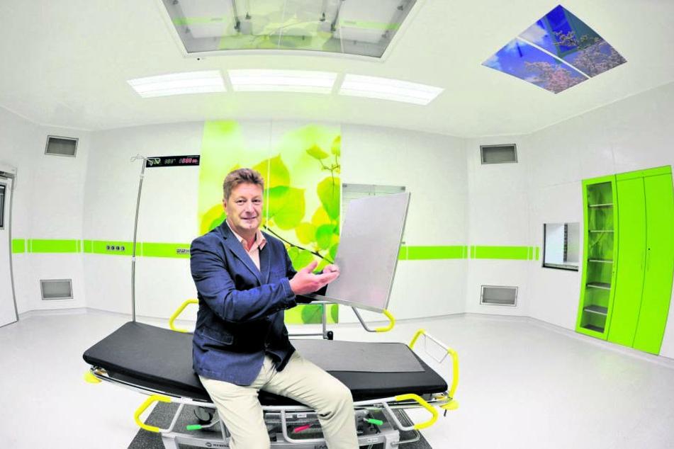LOV-Geschäftsführer Uwe Jentsch (57) in einem OP-Saal für den arabischen  Raum, in der Hand ein noch unbehandeltes Element der Spezialwandverkleidung.