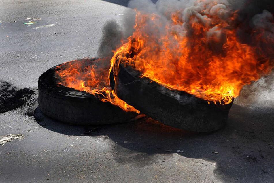 Zwei brennende Reifen lagen in der Nacht vor dem Amtsgericht Sondershausen.