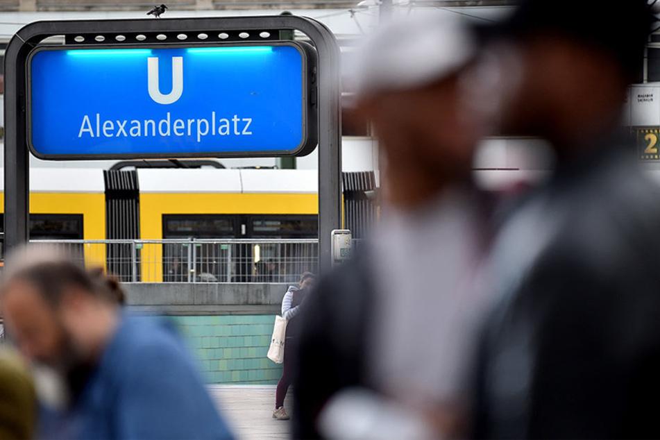 Auf dem Alexanderplatz im Berliner Stadtteil Mitte gibt es regelmäßig Schlägereien, Überfälle und Diebstähle. Im vergangenen Jahr registrierte die Polizei dort 7820 Straftaten.