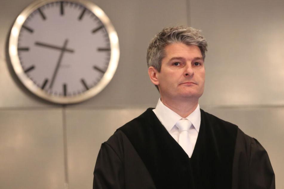 Mario Plein, der Vorsitzende Richter im Loveparade-Prozess, steht hinter seinem Richtertisch.