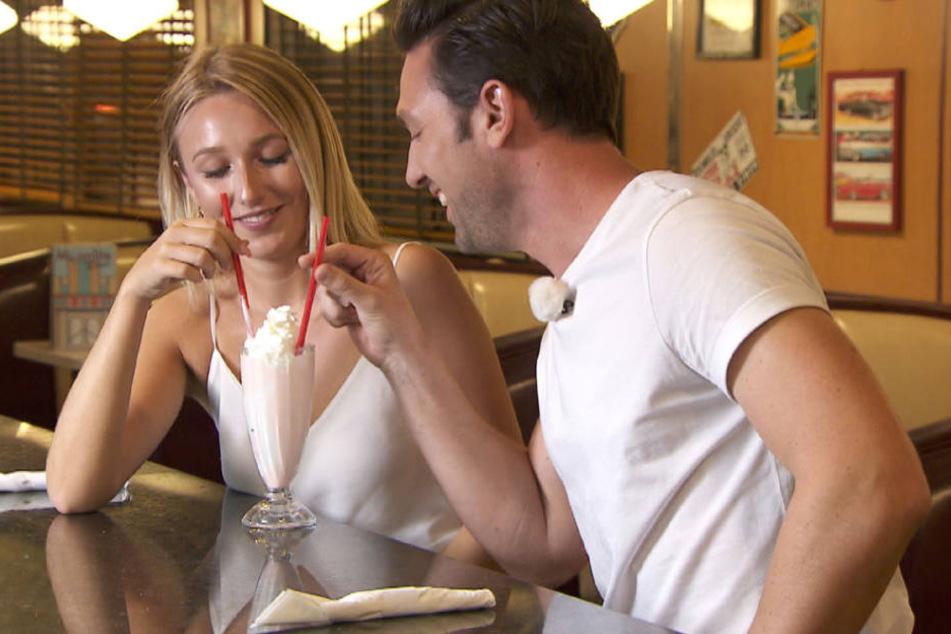 Wie süß! Gemeinsam teilen sich Jessi und Daniel beim Einzeldate einen Milchshake.