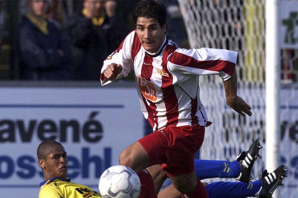 Cristian Fiel in der Saison 2001/02 im Trikot des 1. FC Union Berlin. Hier hat er sich gegen den Schweinfurter Marcio Muniz durchgesetzt.